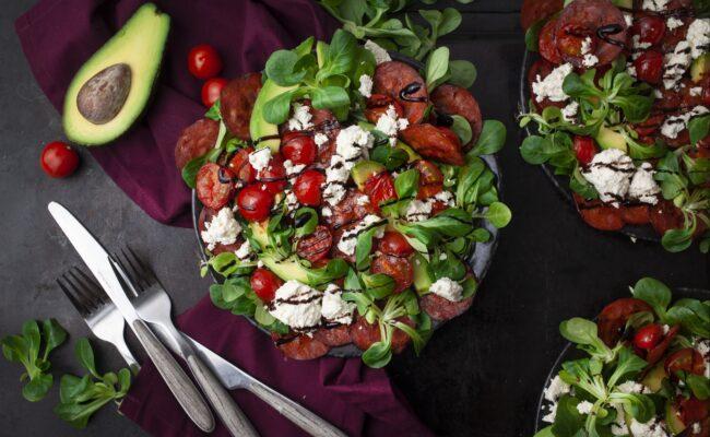 ketoliv-Ristet chorizo, avocado og feta salat-overview