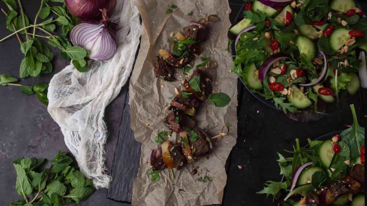 Teriyaki kødspyd med thai salat