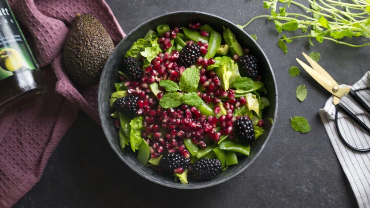 Salat med granatæble, avocado og brombær