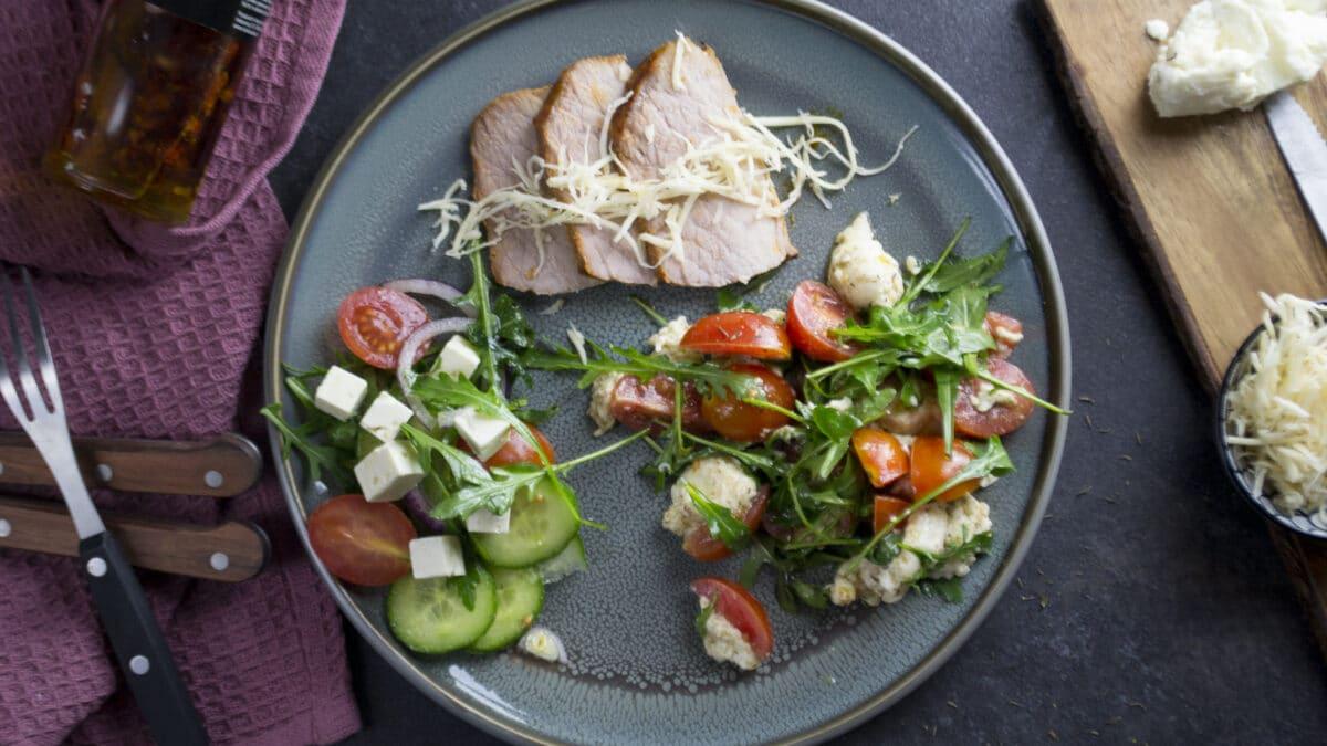 Skinkeculotte med tomatsalat og græsk salat