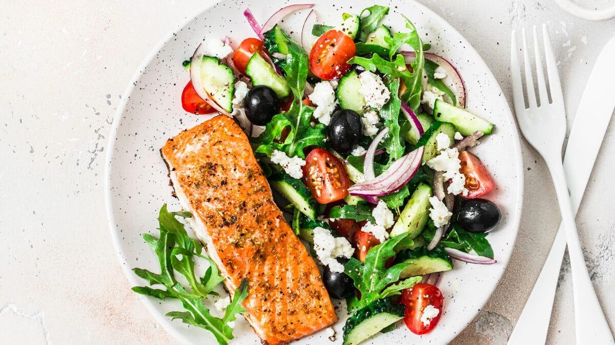 Laks og græsk salat