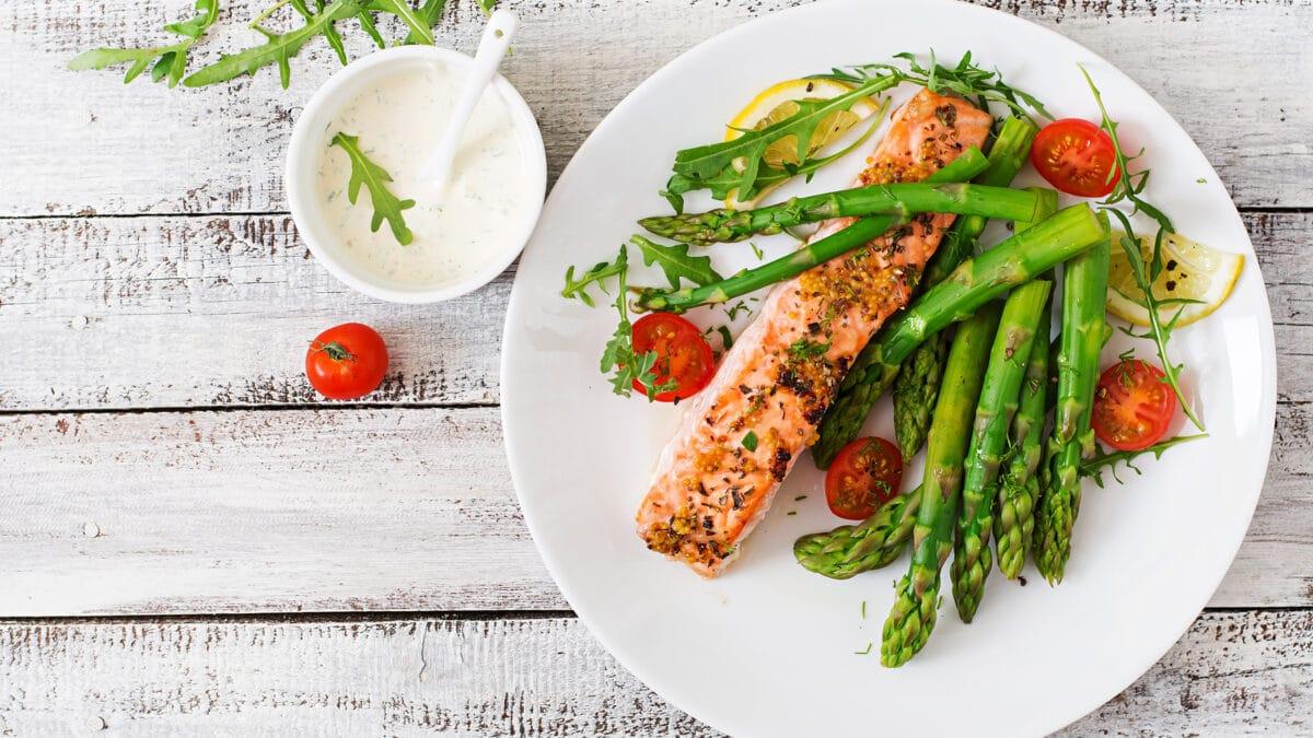 Bagt laks med asparges, bønner og dild dressing
