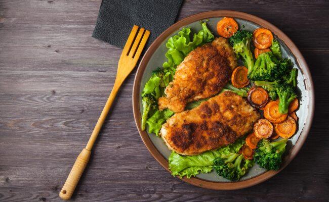 ketoliv-Marinerede-snitzel-med-bagt-broccoli-og-gulerod-med-en-sovs-til-overview