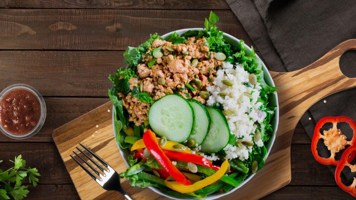 Kyllingetaco på salatbund med sursød sauce