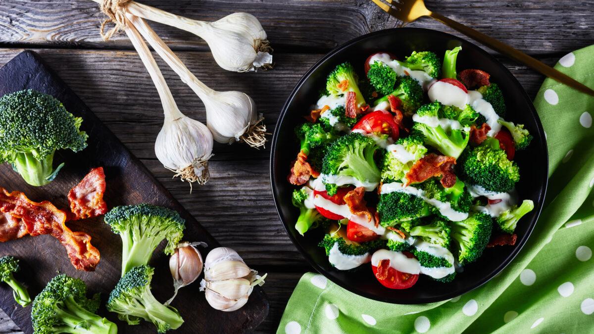 Broccoli tomat salat med sprød bacon og yoghurt dressing