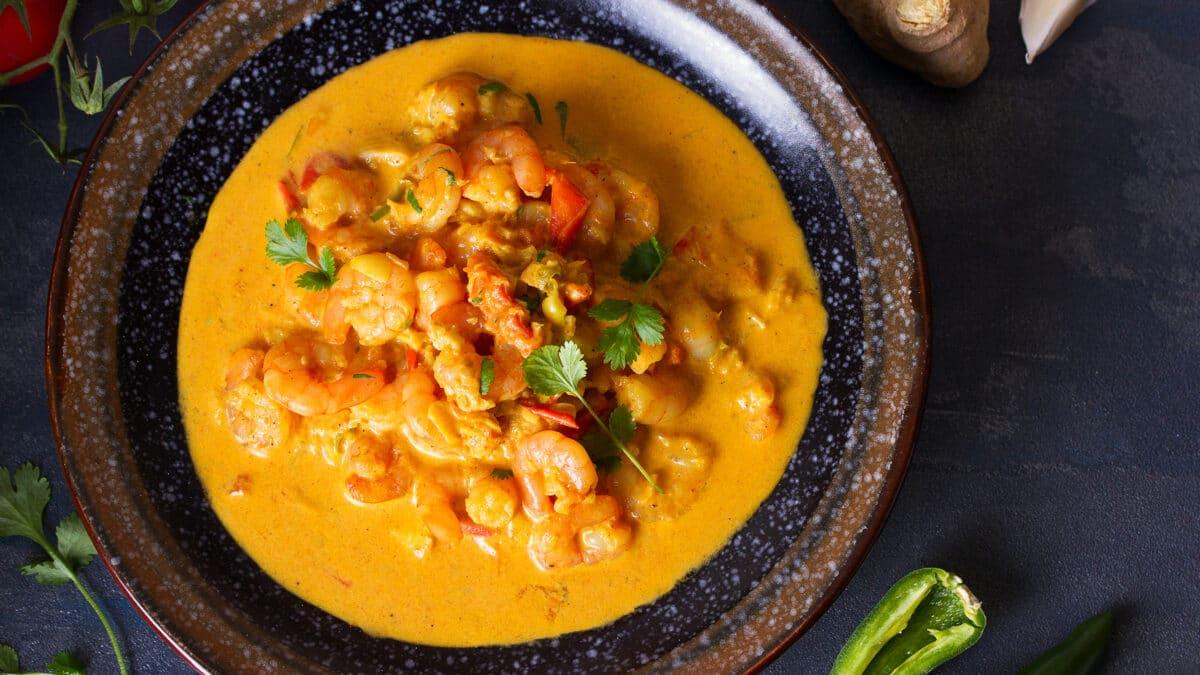 Curry med kokosnød og rejer