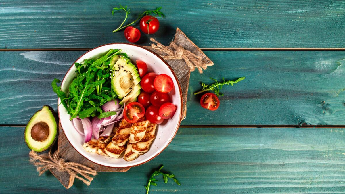 Frokostsalat med halloumi, avocado og grønt