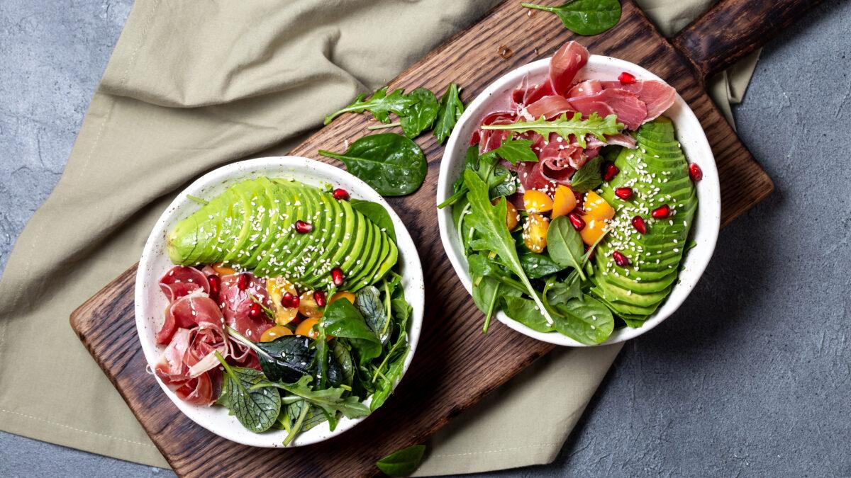 Grøn avocadoskål med tørret skinke
