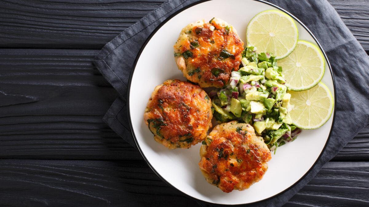 Hjemmelavede fiskefrikadeller med falsk kartoffelsalat og avocado