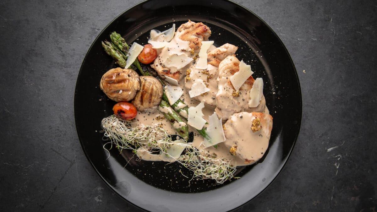 Stegt snitzler med asparges, parmesan, og verdens bedste champigonsovs