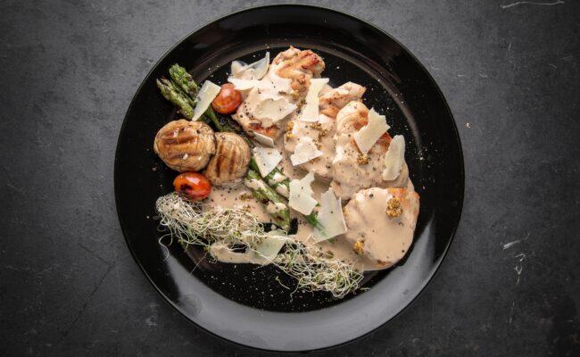 ketoliv-Stegte snitzler med asparges, parmesan, og verdens bedste champigonsovs-overview