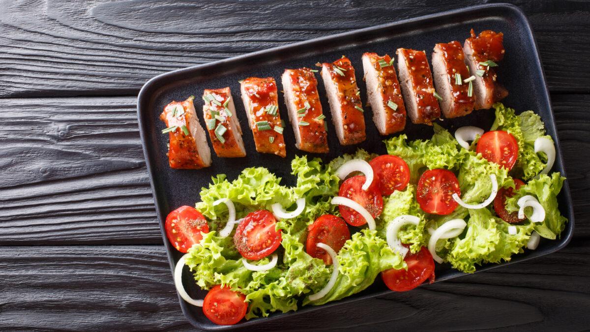 Svinemørbrad med frisk salat af cherrytomater