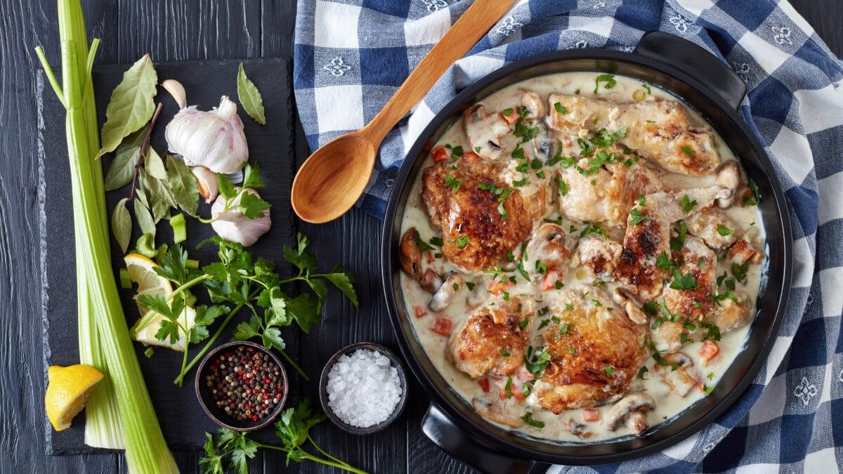 Kylling i fad med bladsellerisalat og valnødder