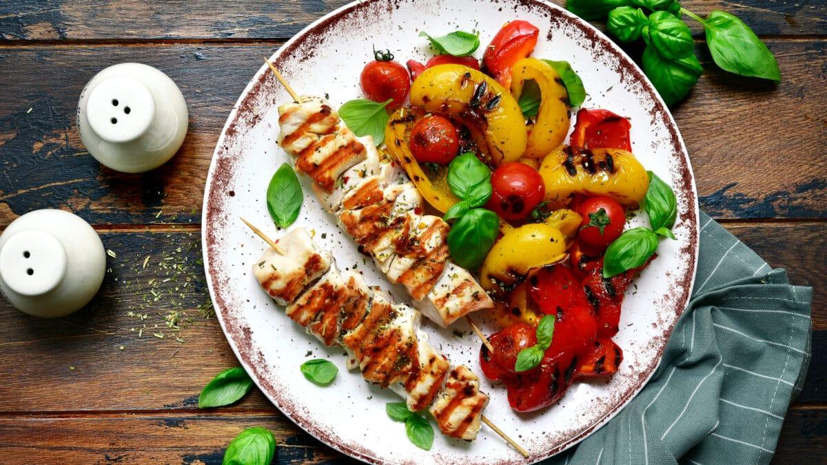 Kyllingespyd med farverige grøntsager og paprikasauce