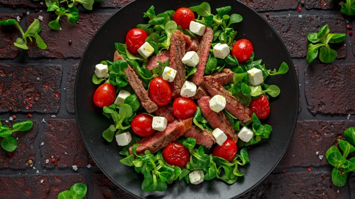 Oksebavette på bund af salat med salattern