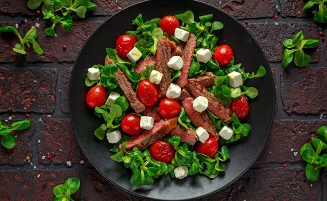 ketoliv-oksebavette-på-bund-af-salat-med-ostetern-
