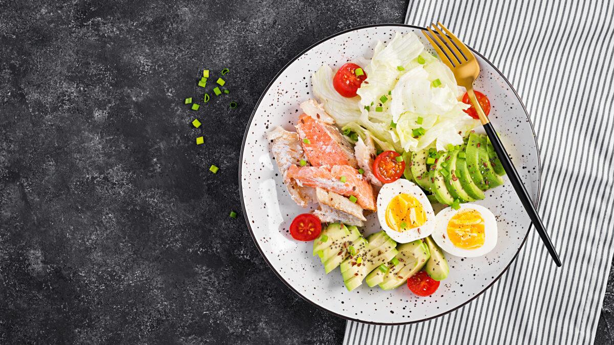 Keto frokost af røget laks, æg og grønt