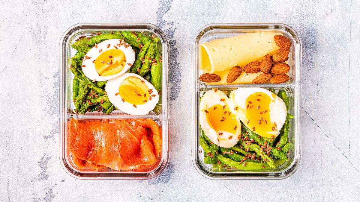 Frokost madpakke af gravad laks, æg og asparges