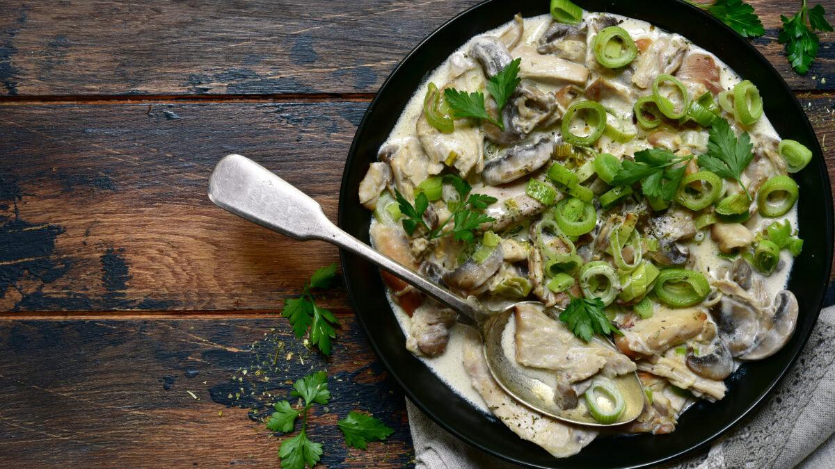 Cremet champignon og hvidløgssauce med kylling og blomkålsris