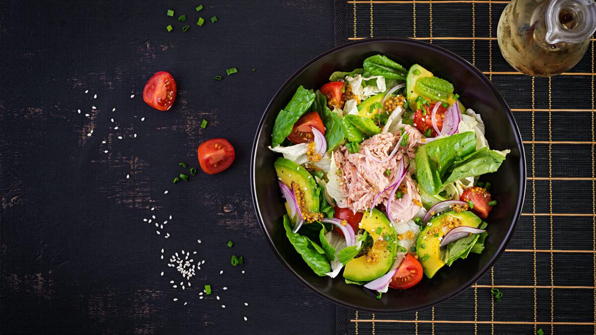 Fransk frokostsalat med tun og avocado