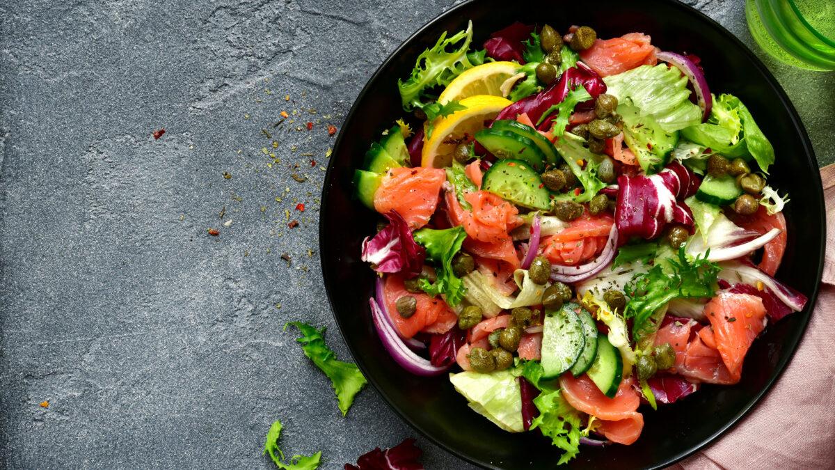 Frokostsalat med gravad laks, citrondressing og kapers