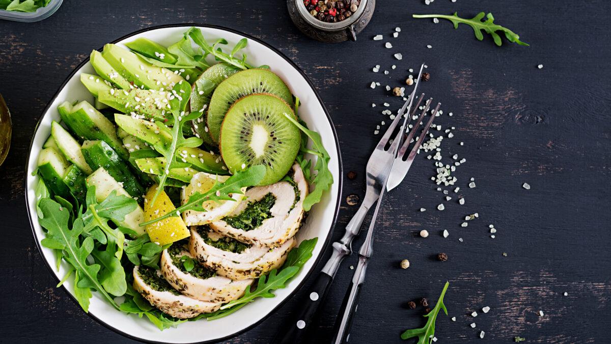 Grøn salat med spinatkylling, kiwi og avocado