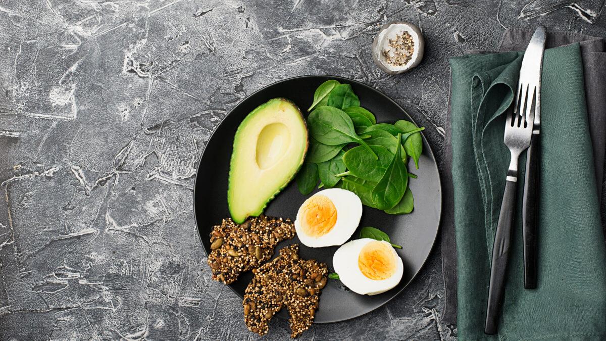 Morgenmadstallerken af æg, Keto knækbrød og avocado