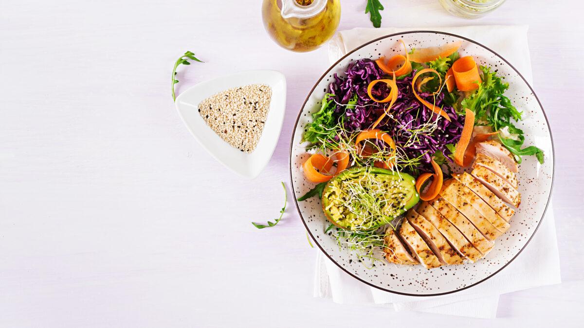 Sesamkylling med farverig salat og nigellafrø