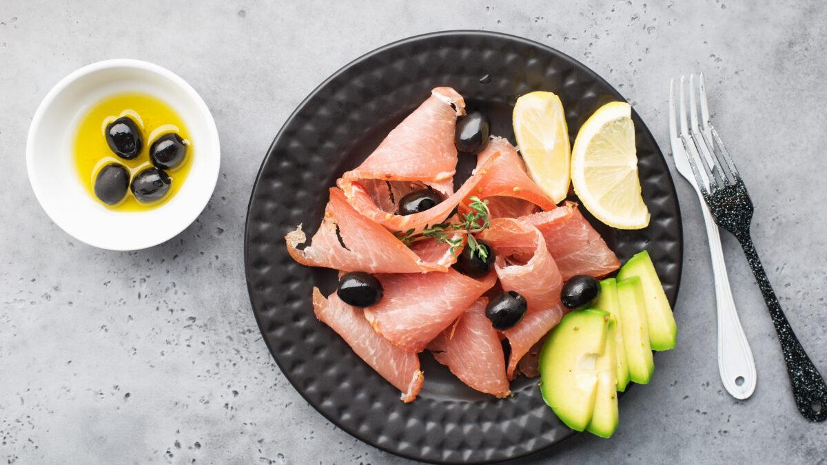 Middelhavsinspireret frokost af røget skinke, avocado og oliven