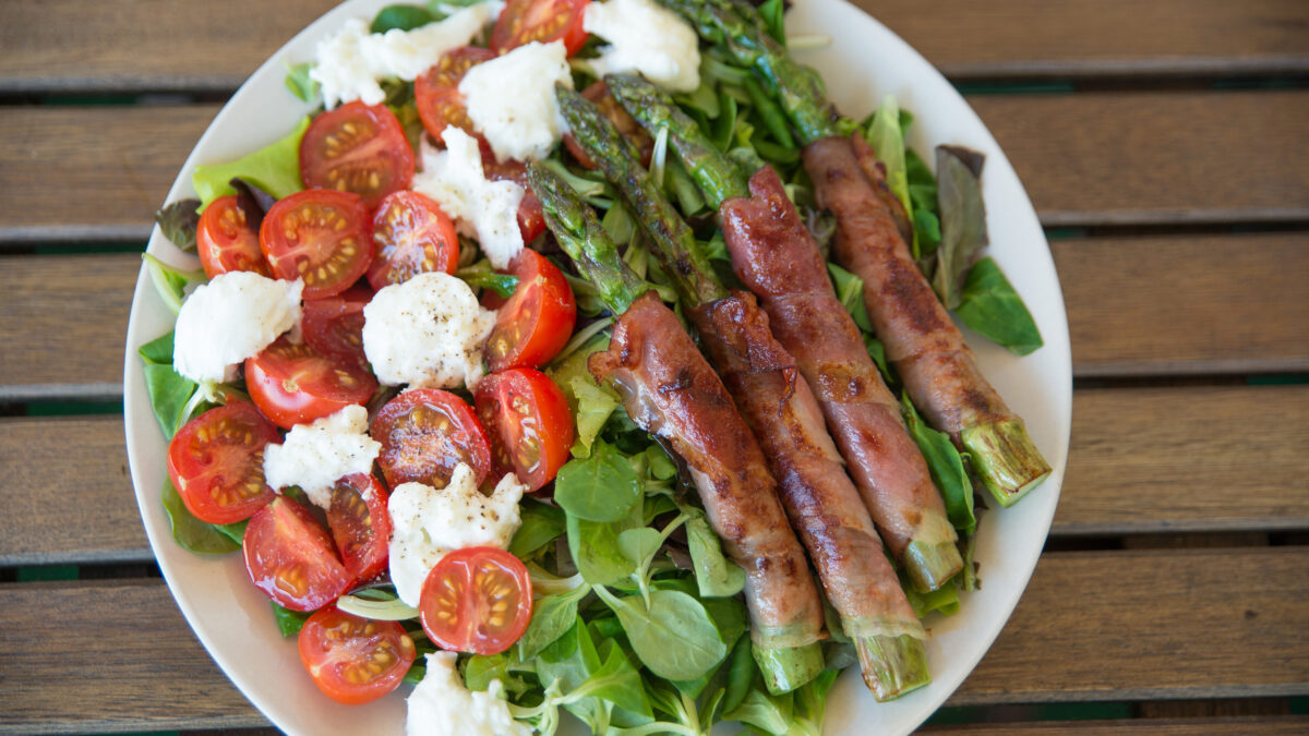 Bacon i asparges på salatbund med mozzarella