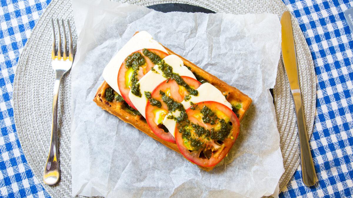 Frokost chaffel med skiveost, tomat og pesto
