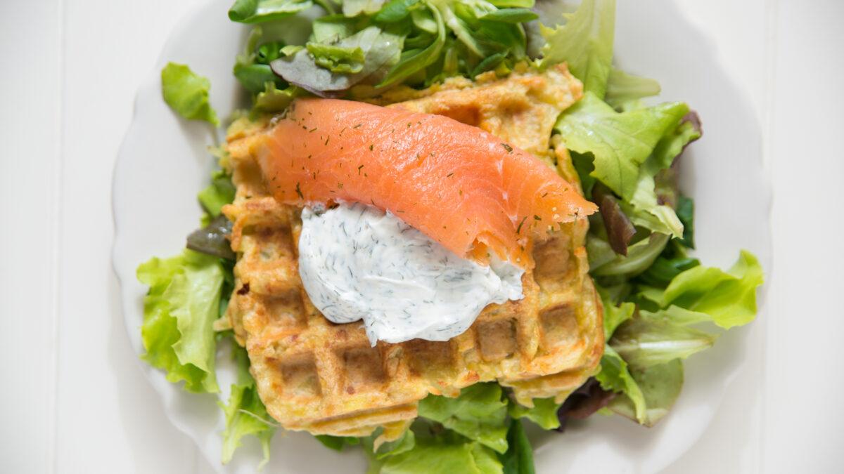 Frokost chaffles med gravad laks og dild dressing på salatbund