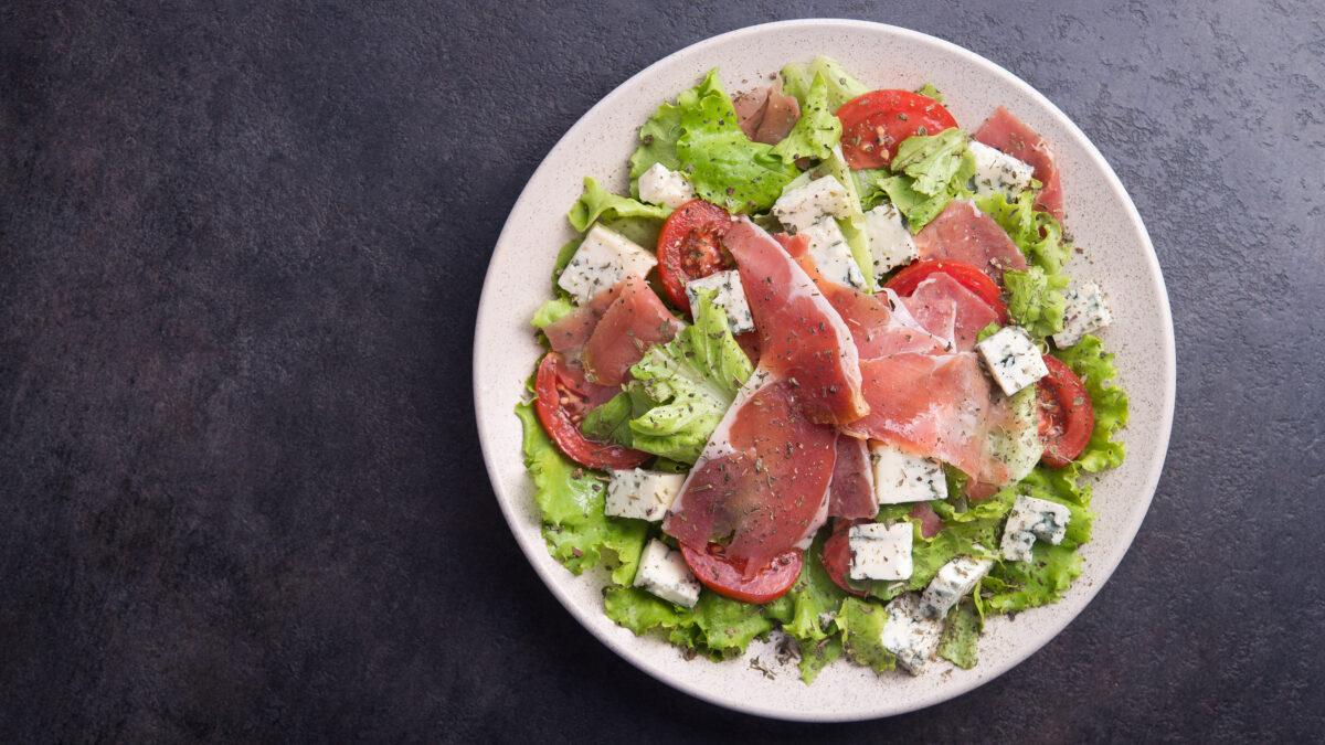 Frokostplatte med serranoskinke, feta og grønt