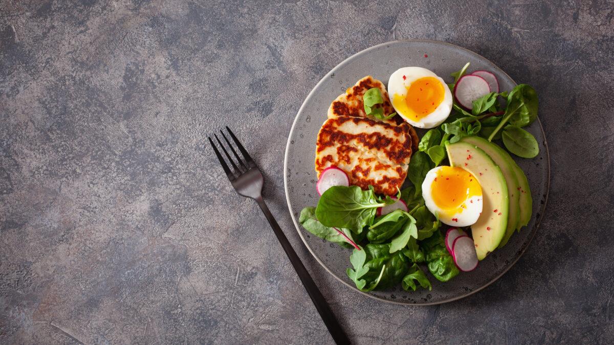 Halloumi med avocado, æg og spinat