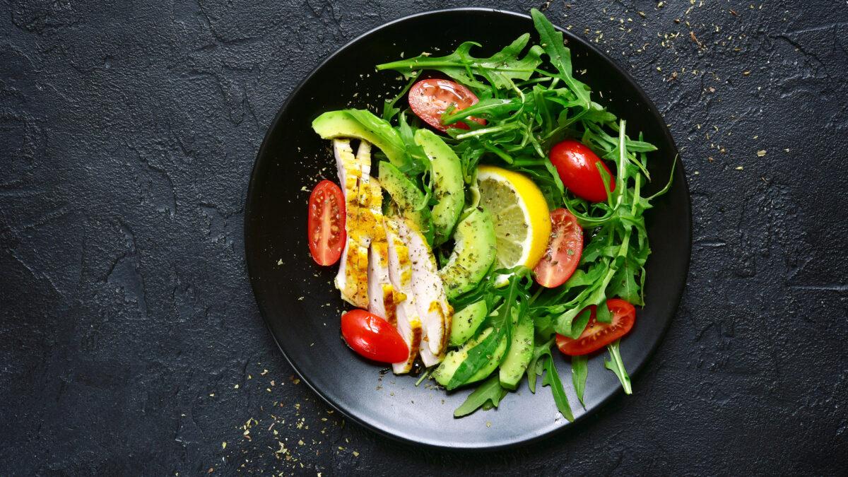 Kødrester med avocado og grønt