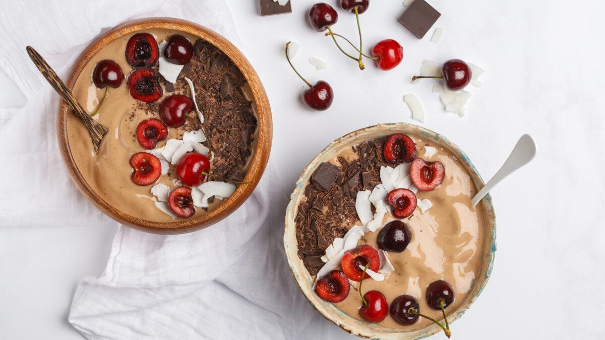 Kakao smoothie i skål, toppet med chokolade og kirsebær
