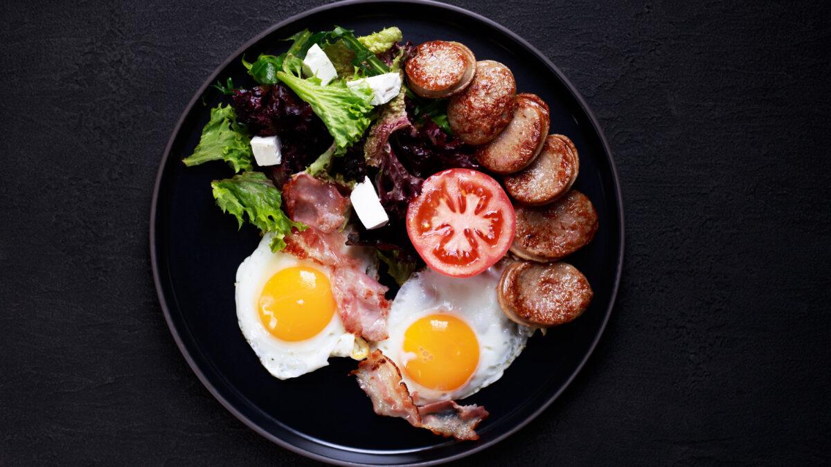 Morgenmadsplatte af pølse, æg og grønt