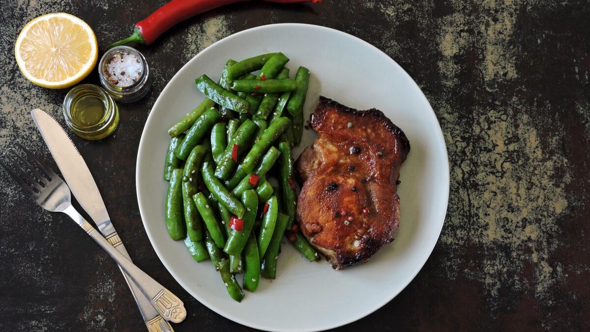 Marinerede koteletter med bønnesalat og chili-lime dressing