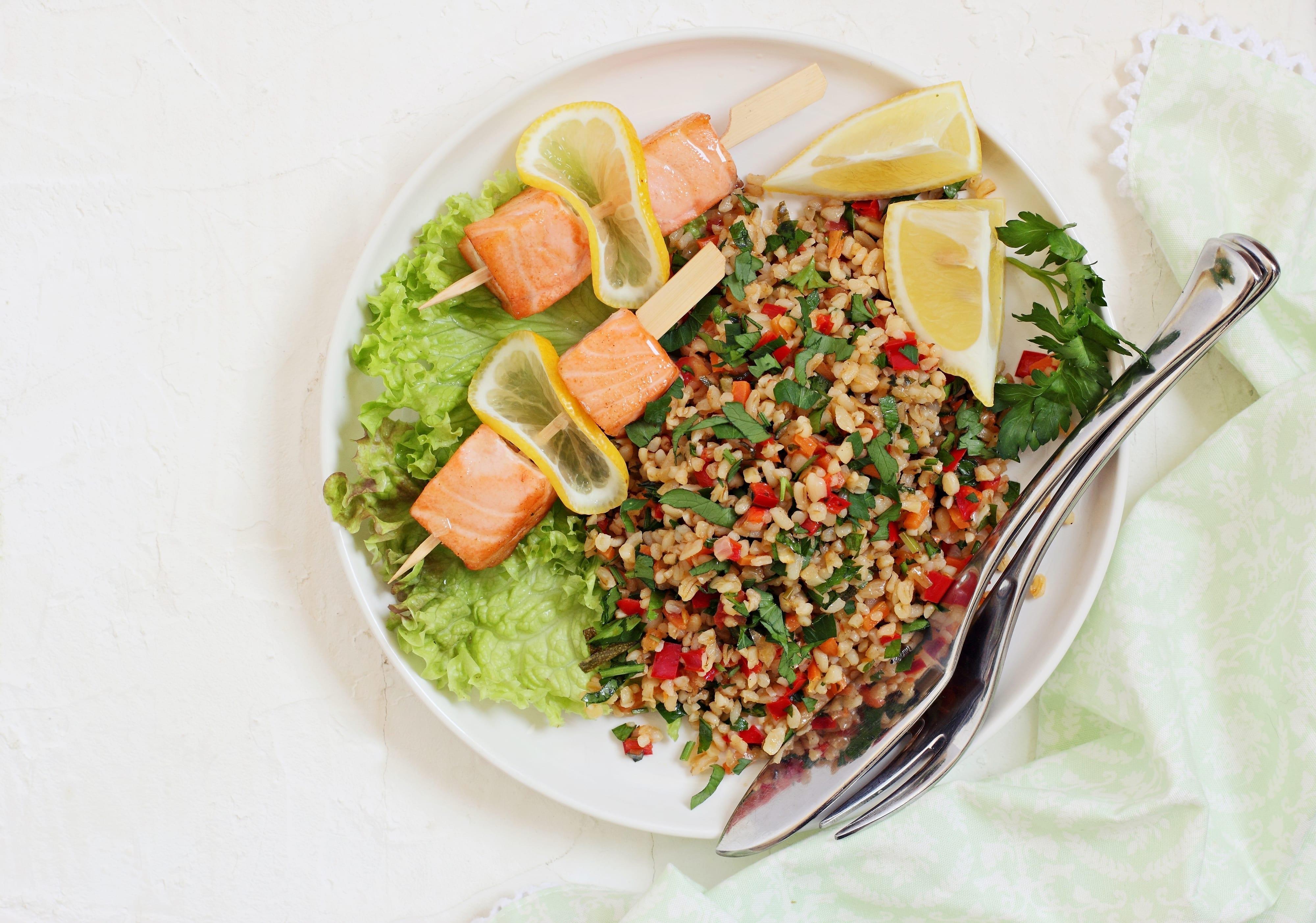 Laksespyd med broccoli-tabbouleh og mynte
