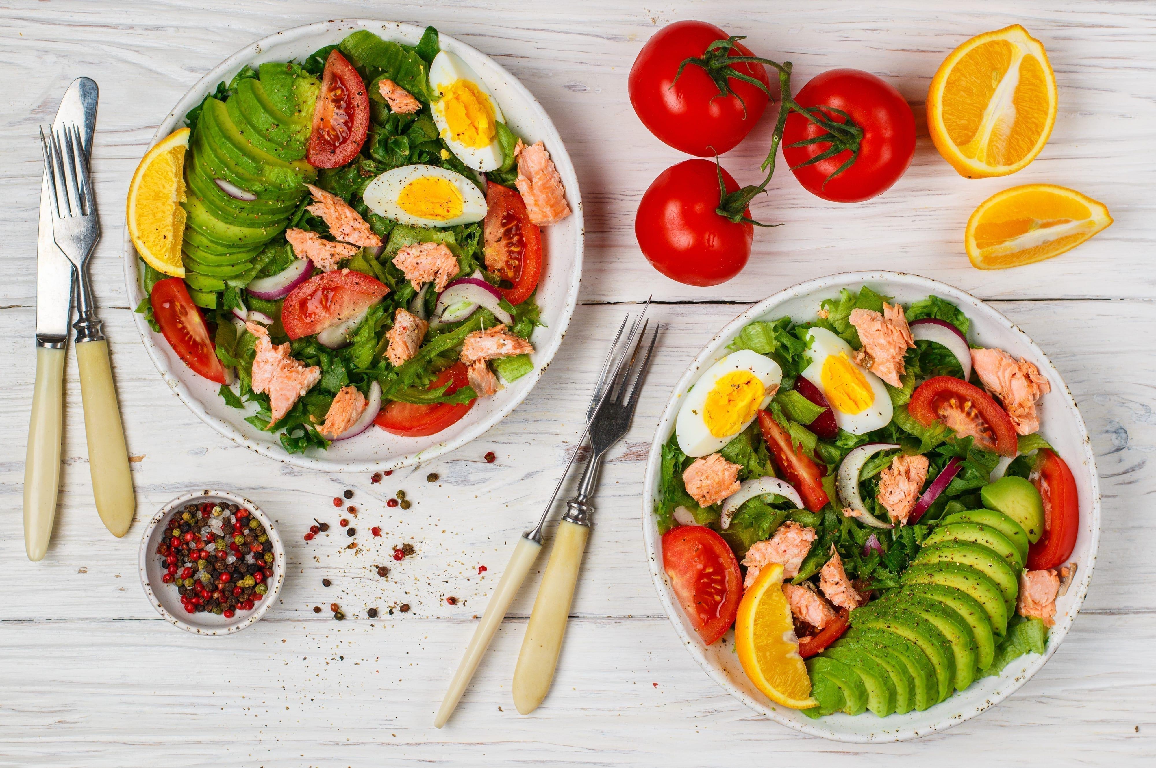 Nem tunsalat med æg og avocado og appelsin