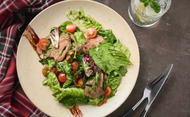 ketoliv-Smagfuld salat med roastbeef og basilikum pesto-overview