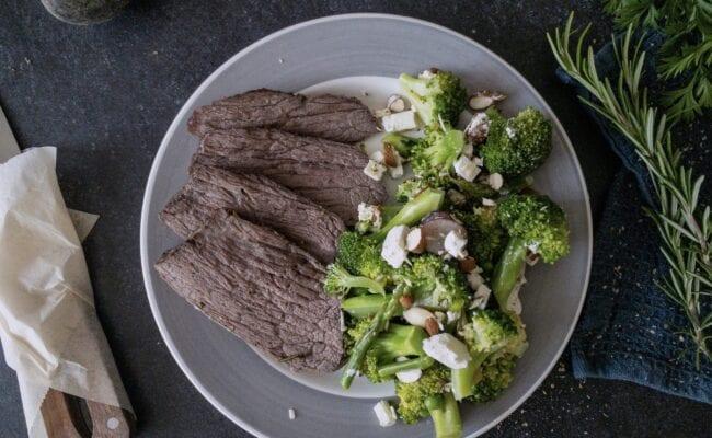 ketoliv-oksesteg-og-broccolisalat-med-vindruer-og-feta-overview