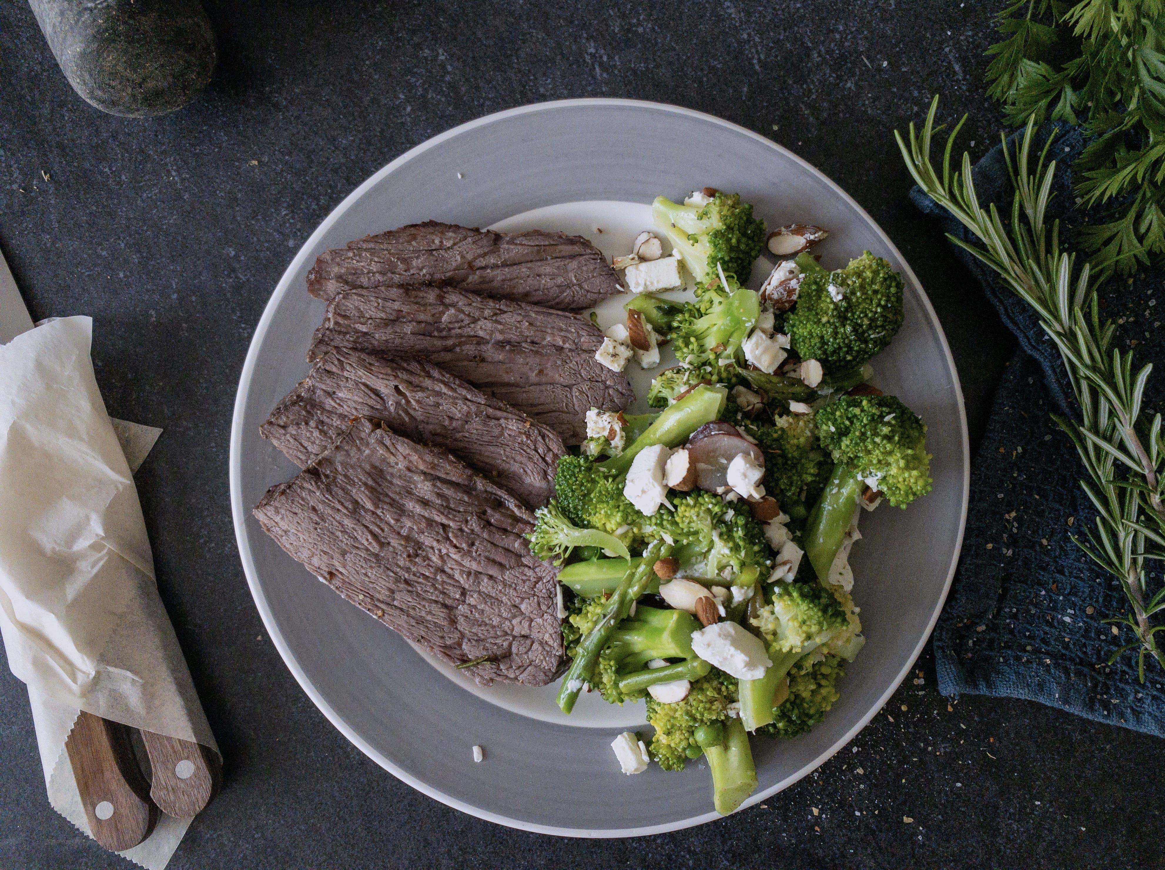 Oksesteg og broccolisalat med vindruer og feta