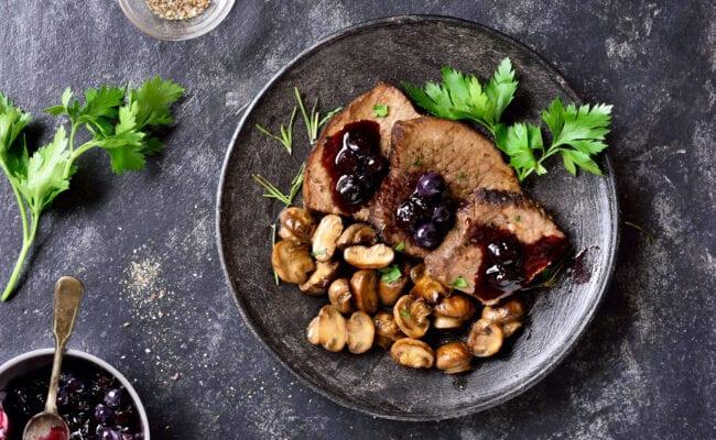 ketoliv-roastbeef-med-blåbærsauce-og-grov-salat-overview