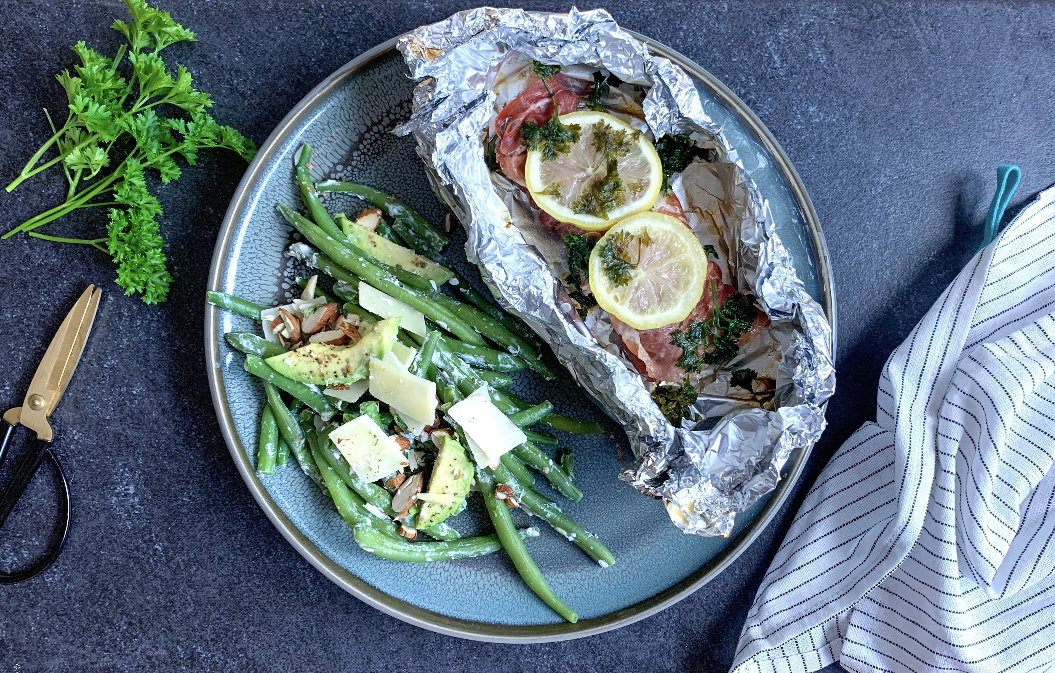 Grillet torsk med serranoskinke og bønnesalat med mandler