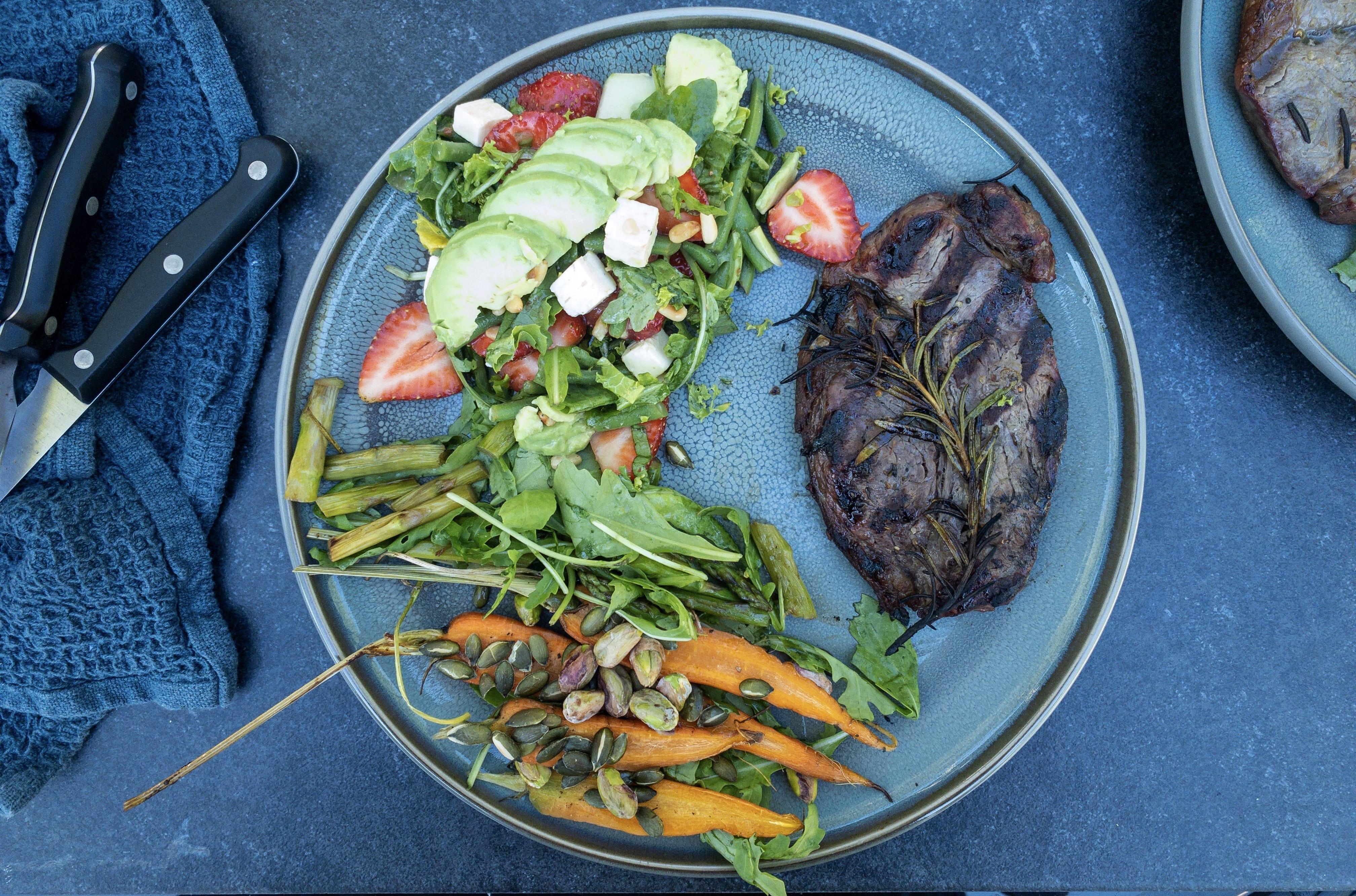 Entrecote med jordbær salat og gulerødder i pistacienødder
