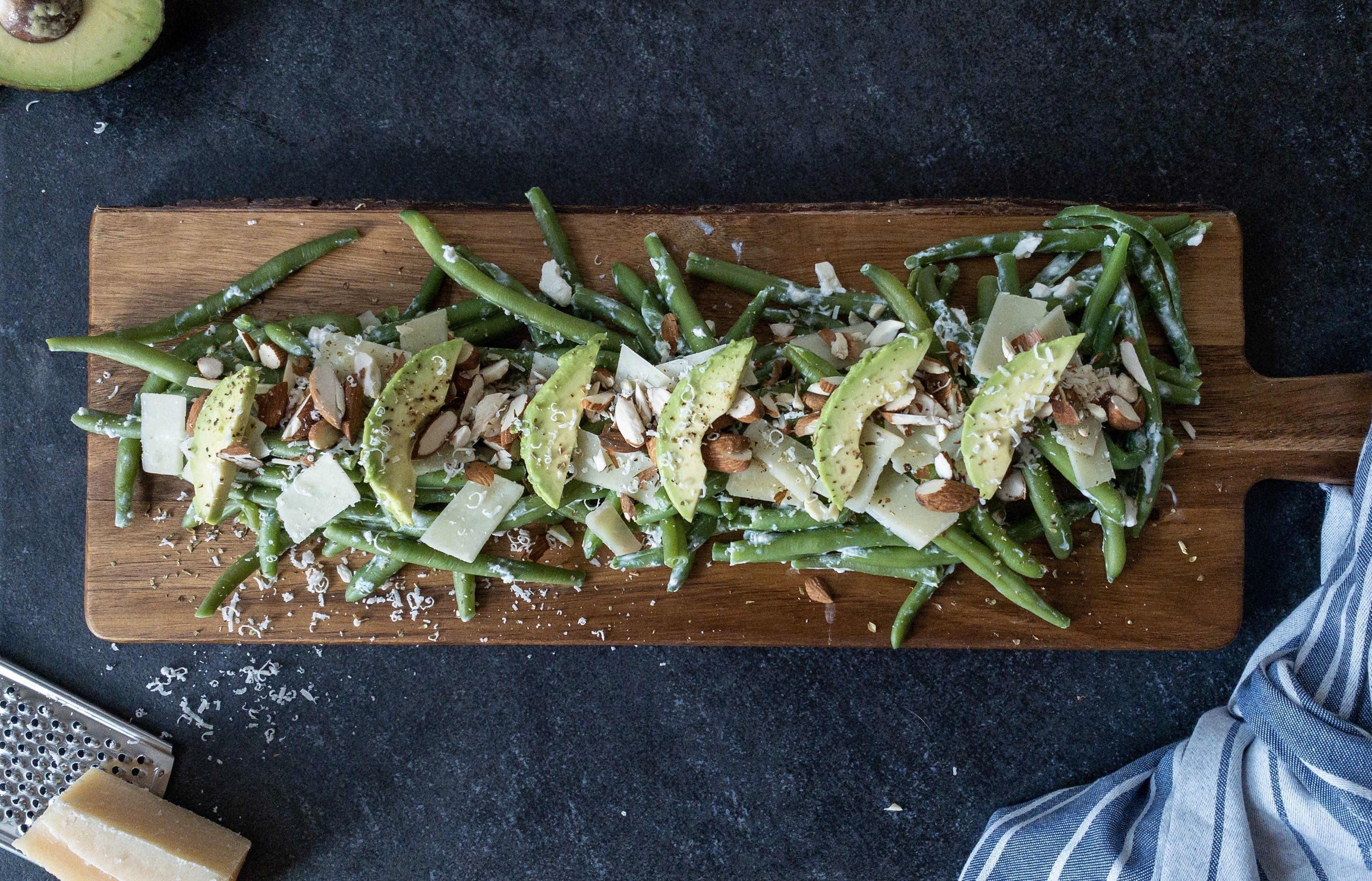 En udsøgt bønnesalat med mandler, feta og parmesan
