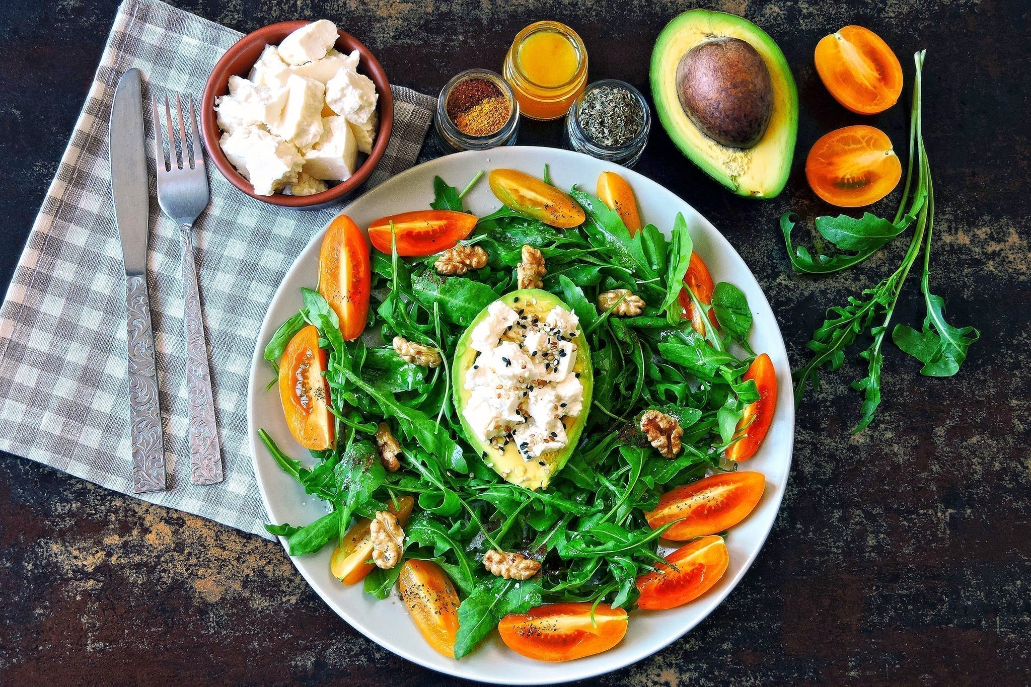 Avocadobåd med feta på bund og salat, og tilsat valnødder