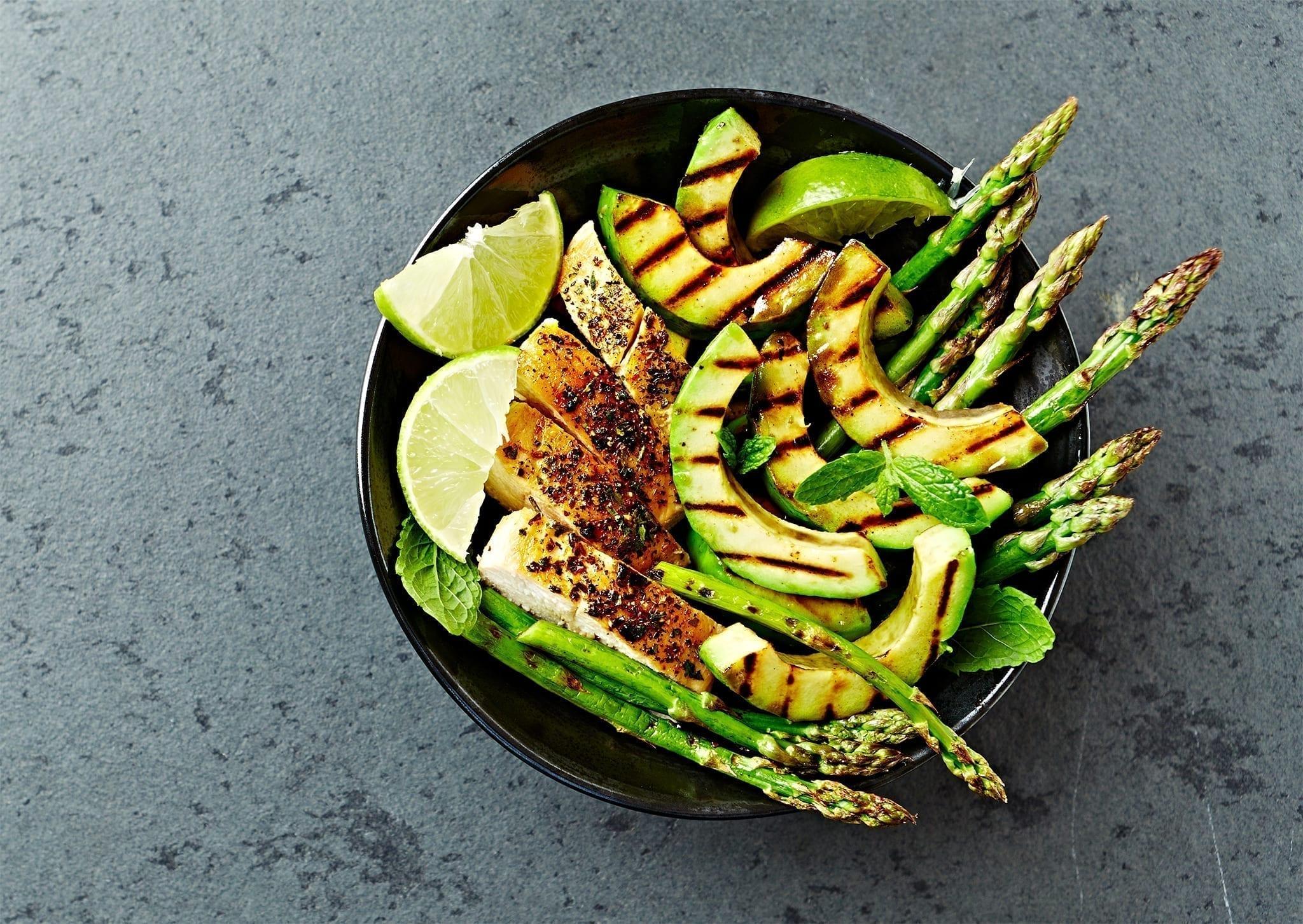 Kalorielet og grøn frokostsalat med kylling og asparges