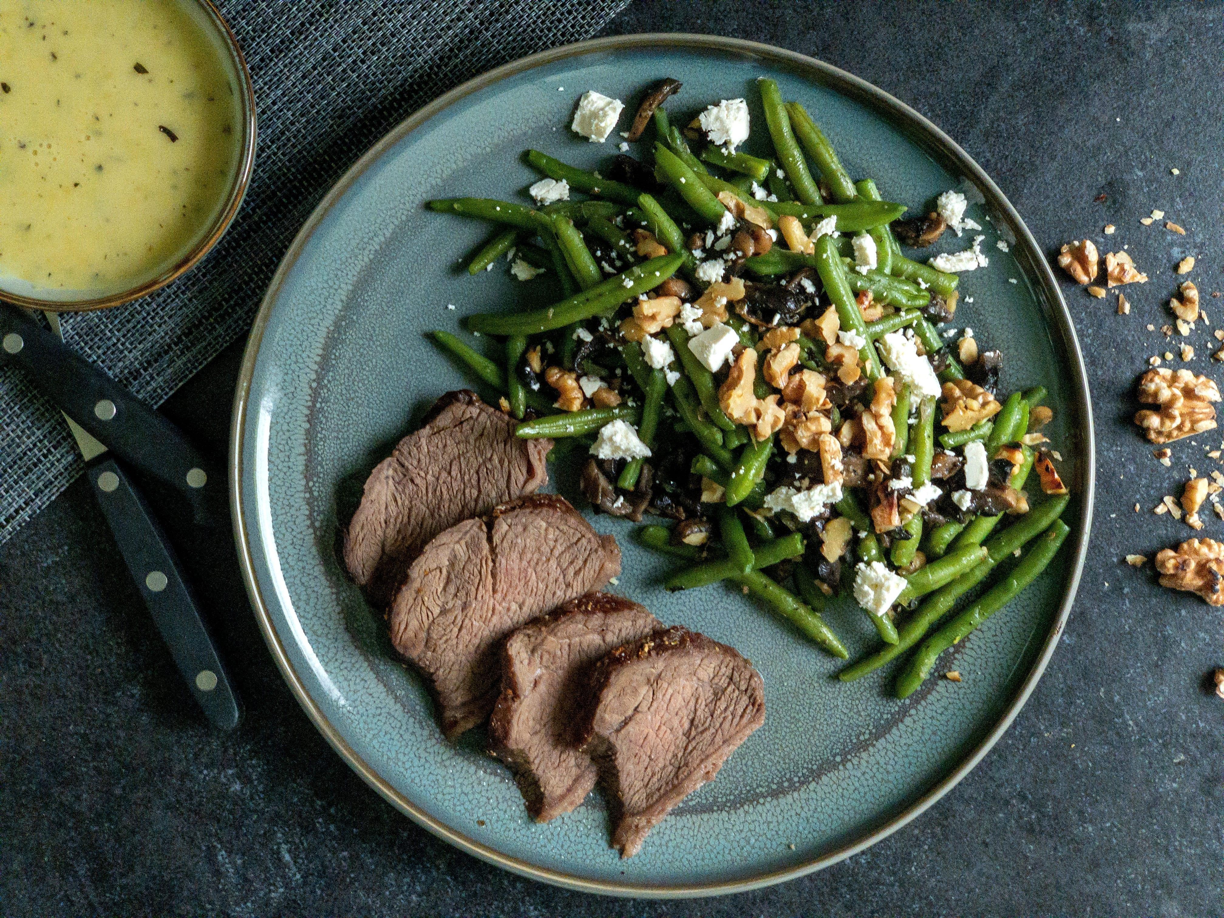 Oksesteg og bønnesalat med valnødder og champignon